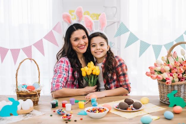 Retrato de una hija feliz con su madre celebrando el día de pascua Foto gratis