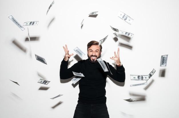 Retrato de un hombre barbudo feliz celebrando el éxito Foto gratis