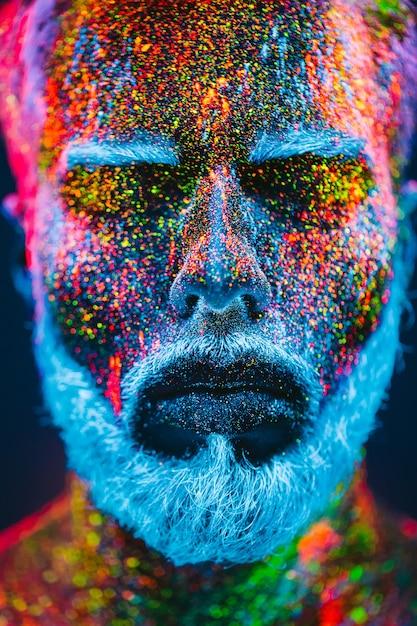 Retrato de hombre barbudo con polvo ultravioleta Foto Premium