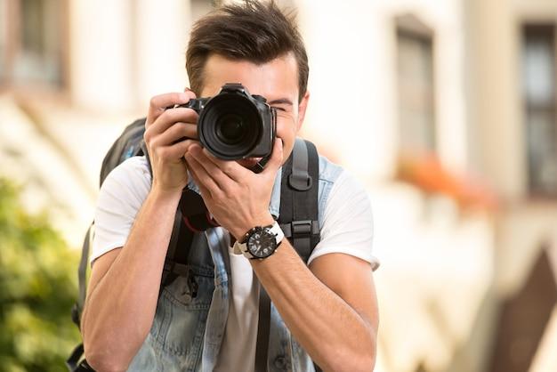 Retrato de hombre con cámara digital. | Foto Premium