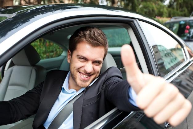 Retrato de un hombre conduciendo su coche Foto Premium