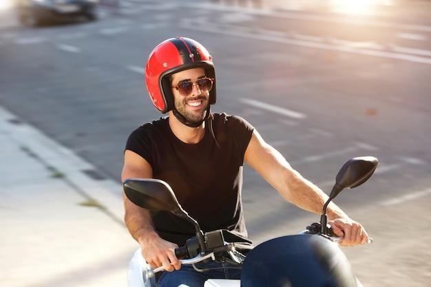 Retrato Casco Gafas Hombre Feliz De Paseo Sol Con Y En Moto PXiwkZuTlO