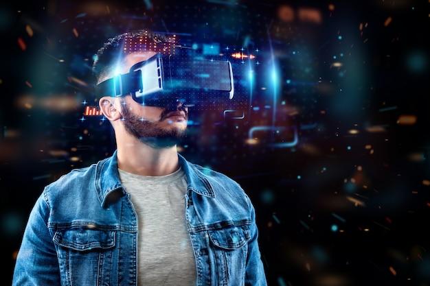 Retrato de un hombre con gafas de realidad virtual, vr, interactúa con una pantalla virtual. Foto Premium