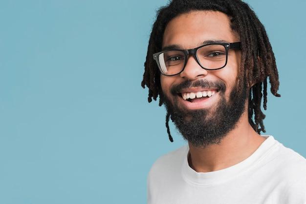 Retrato de un hombre con gafas Foto gratis