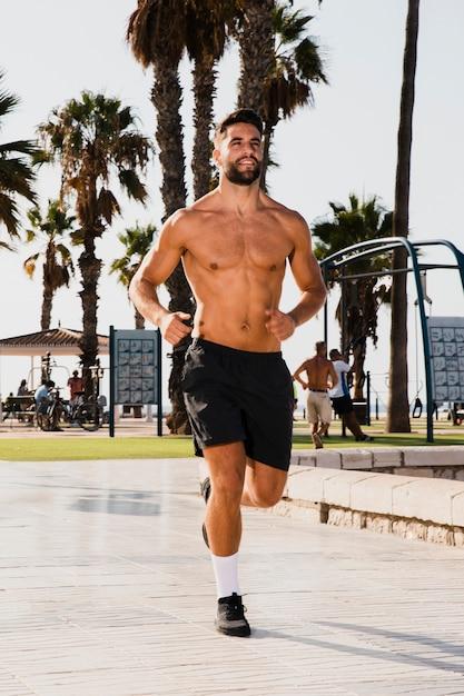 Retrato de hombre guapo corriendo rutina Foto gratis