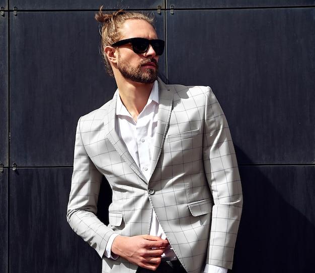 Retrato de hombre guapo sexy vestido con elegante traje a cuadros beige Foto gratis