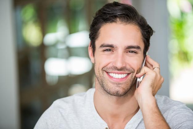 Retrato de hombre hablando por teléfono inteligente Foto Premium