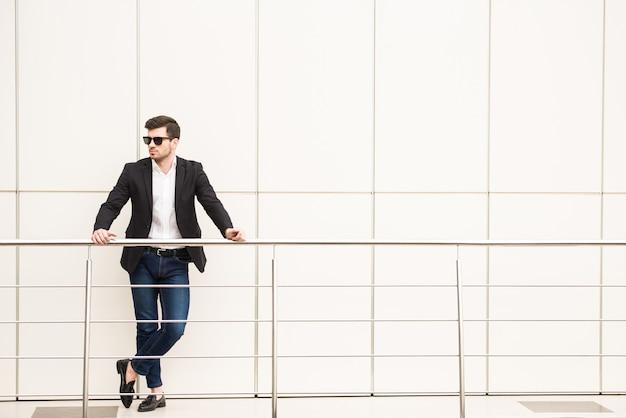 Retrato de hombre joven de moda con gafas negras. Foto Premium