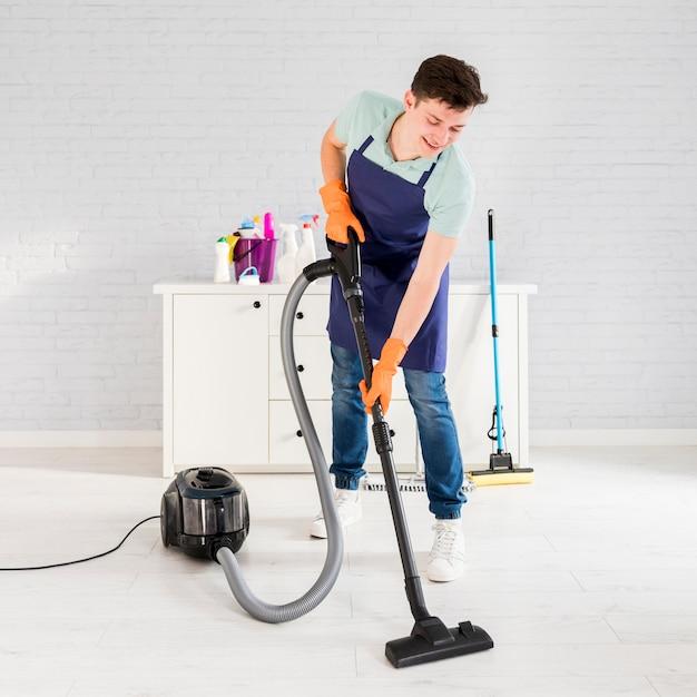 Retrato de hombre limpiando su casa Foto gratis