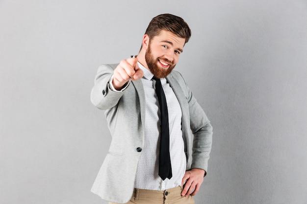 Retrato de un hombre de negocios confía vestido con traje Foto gratis