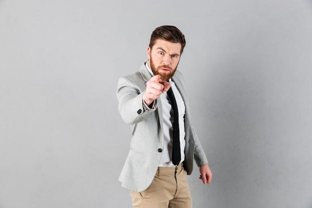 Retrato de un hombre de negocios enojado vestido con traje Foto gratis
