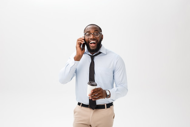 Retrato de un hombre de negocios joven confiado que habla en el teléfono celular Foto Premium