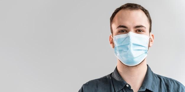 Retrato, hombre de negocios, con, máscara Foto gratis