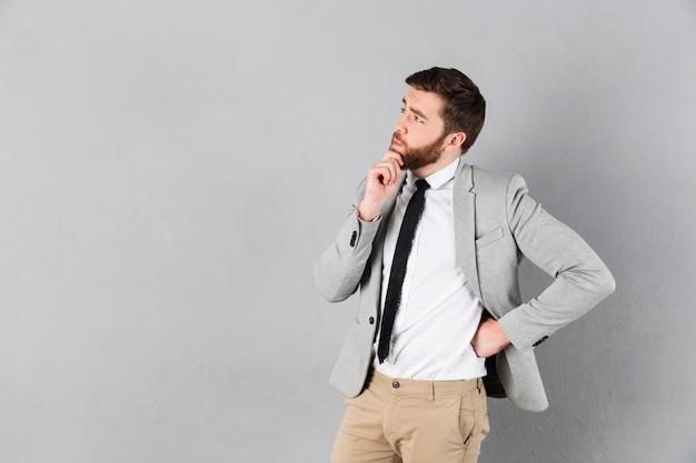 Retrato de un hombre de negocios reflexivo Foto gratis