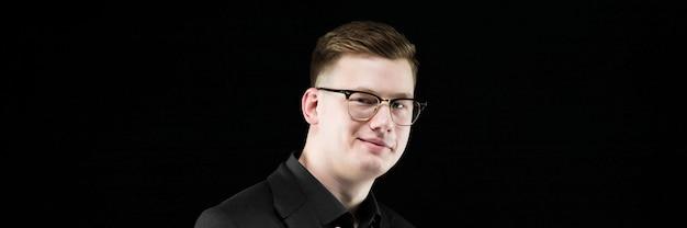 Retrato del hombre de negocios responsable elegante hermoso confiado que sonríe mostrando la muestra Foto Premium