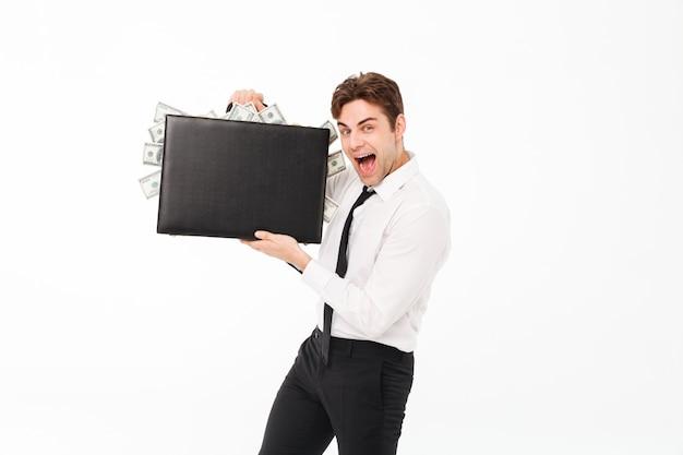 Retrato de un hombre de negocios satisfecho feliz mostrando