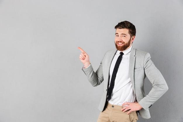 Retrato de un hombre de negocios sonriente vestido con traje Foto gratis