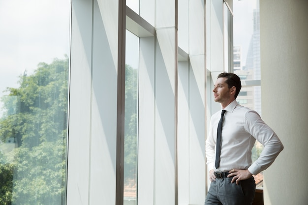 Retrato de hombre de negocios en la ventana 4 Foto gratis