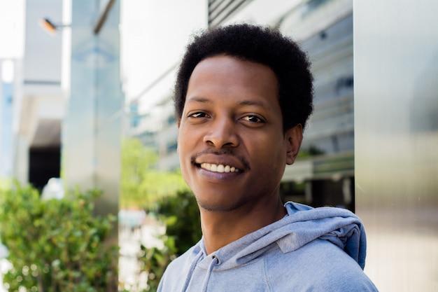 Retrato de hombre negro en el fondo urbano. Foto Premium
