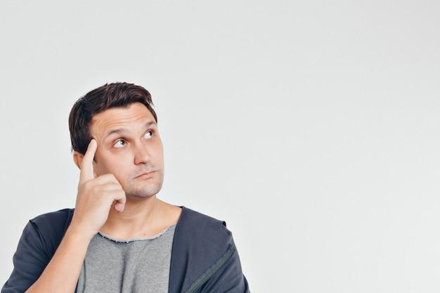 0a6411947 Retrato de hombre pensativo. individuo con las manos en la cara ...