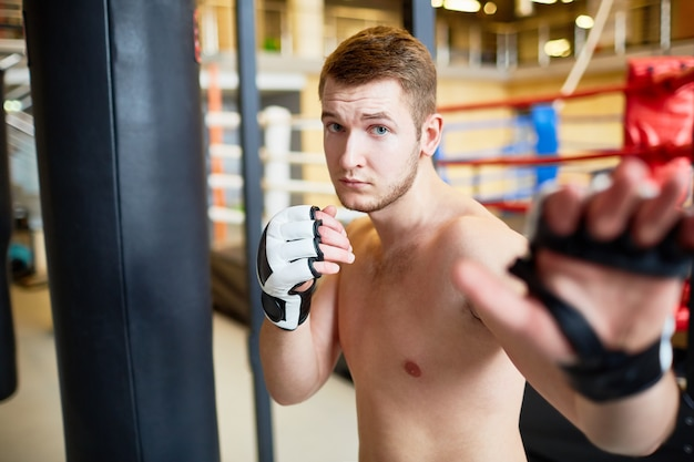 Retrato del hombre en la práctica de boxeo Foto gratis