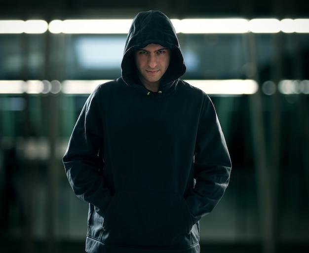 7a1063df7f25 Retrato de un hombre que llevaba una sudadera con capucha en un ...