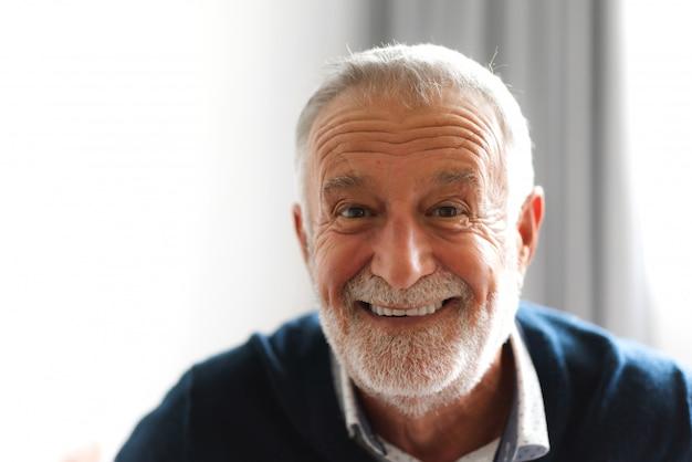 Retrato de hombre senior sonriente feliz Foto Premium