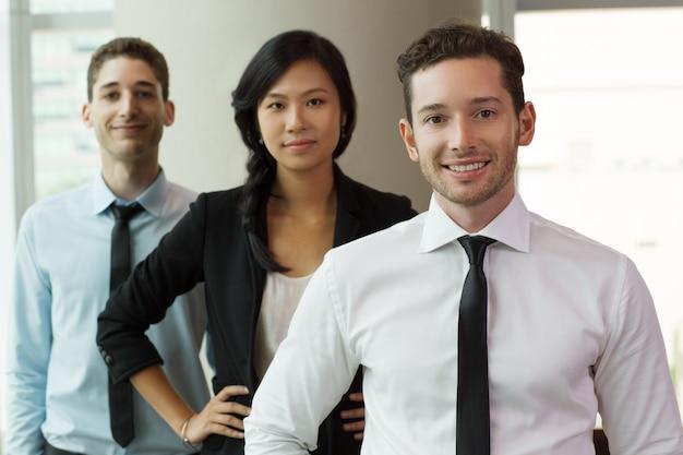 Retrato de hombres de negocios en la oficina 2 Foto gratis