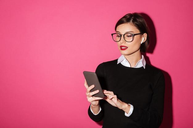 Retrato de una joven y atractiva mujer de negocios Foto gratis