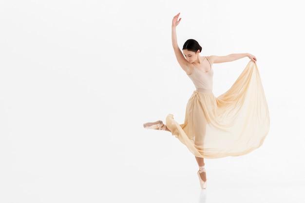 Retrato de joven bailarina bailando con gracia Foto gratis