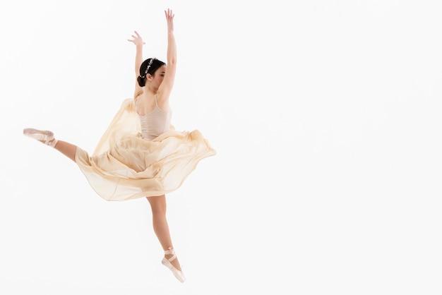 Retrato de joven bailarina bailando Foto gratis