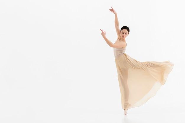 Retrato de joven bailarina realizando danza Foto gratis