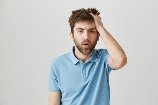 Retrato de un joven barbudo con camiseta azul Foto gratis