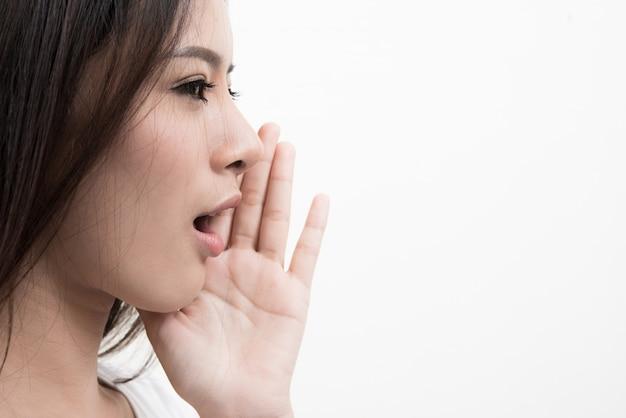 bde9a5707 Retrato de una joven y bella mujer gritando aisladas sobre fondo blanco.