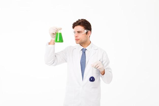 Retrato de un joven científico masculino confiado Foto gratis