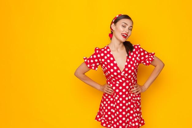 Retrato de una joven divertida emocional. estilo pin-up. Foto Premium