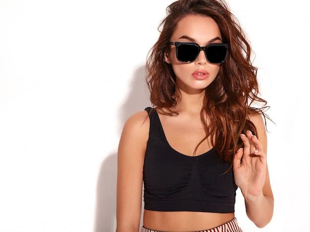 Retrato de joven elegante modelo en ropa casual de verano con maquillaje natural en gafas de sol aislado Foto gratis