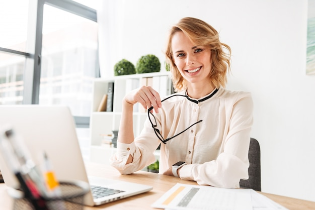 Retrato de una joven empresaria feliz Foto Premium