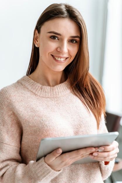 Retrato joven empresaria con tableta Foto gratis
