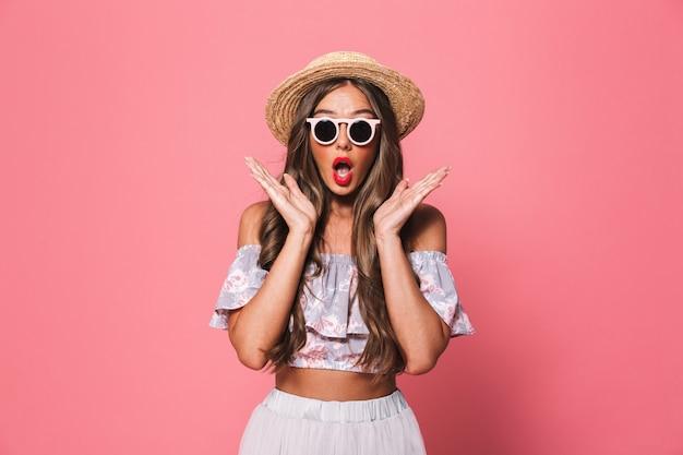 Retrato de una joven excitada en ropa de verano Foto Premium