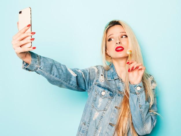 Retrato de joven hermosa hipster chica mala en jeans de moda ropa de verano y aretes en la nariz Foto gratis