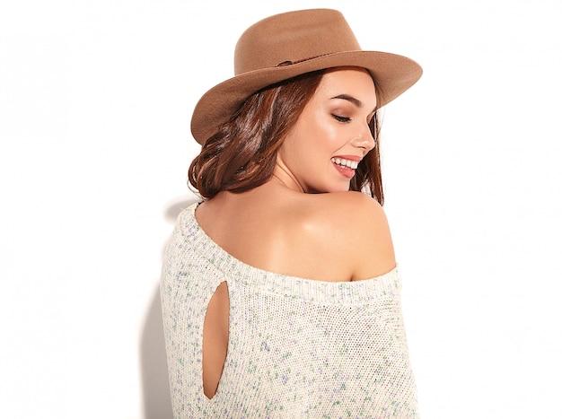 Retrato de joven modelo elegante chica en ropa casual de verano en sombrero marrón con maquillaje natural aislado. Foto gratis