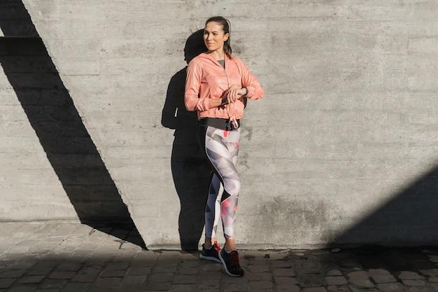 Retrato de joven mujer en polainas Foto gratis