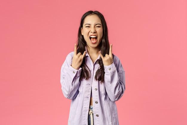 Retrato joven mujer de raza mixta que muestra gesto. Foto Premium