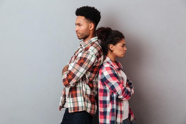 Retrato de una joven pareja africana enojada discutiendo Foto gratis
