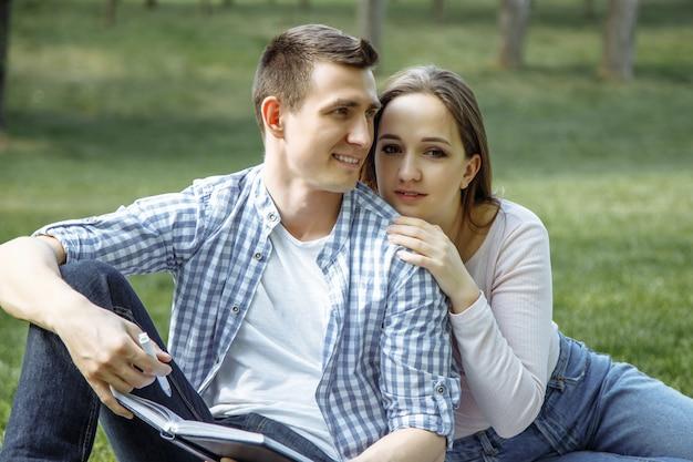 Retrato de una joven pareja feliz disfrutando de un día en el parque juntos Foto Premium