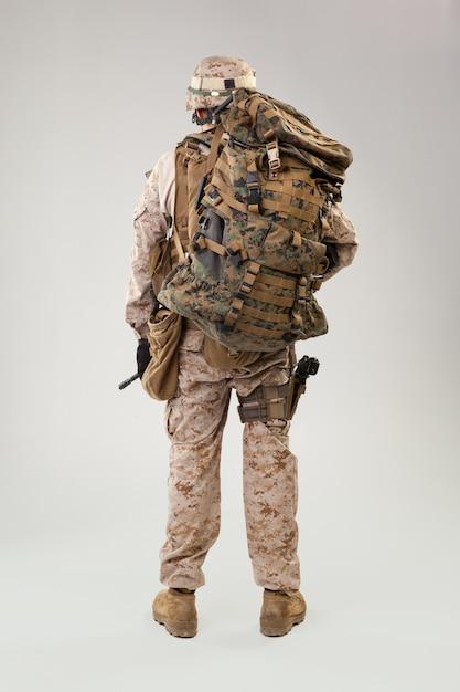 Retrato de un joven soldado estadounidense del cuerpo de marines de ee. uu. Foto Premium
