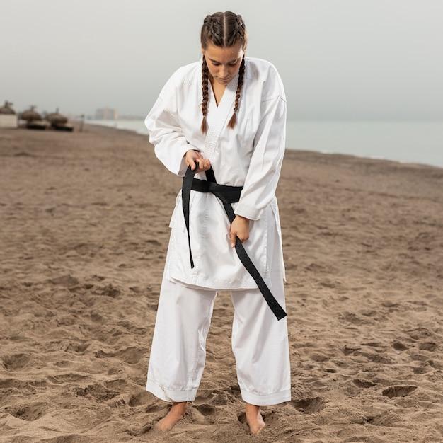 Retrato de joven en traje de karate Foto gratis