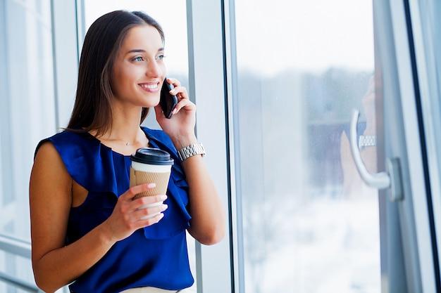 Retrato de una joven vestida con camiseta azul y falda negra. Foto Premium