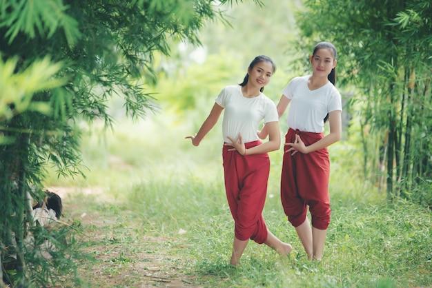 Retrato de jovencita tailandesa en la cultura del arte tailandia bailando, tailandia Foto gratis